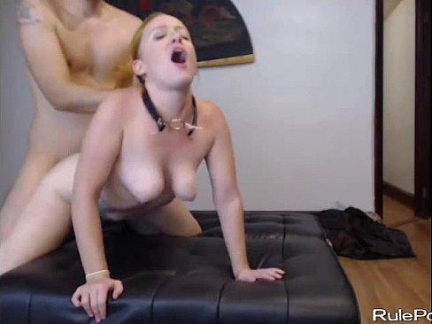 Namorada de coleira transmitindo a foda na webcam
