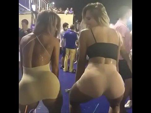 Dançando funk sensualmente com o sainha