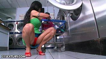 Gostosinha provocou e fez muito sexo na lavanderia