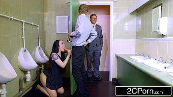 Boquete no banheiro da firma