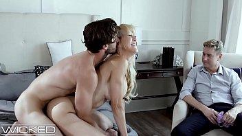 Corno deixando a esposa mais molhada na rola do outro