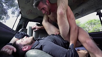 Homens bonitos sexo no carro
