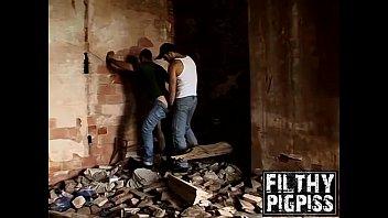 Machos transando em pé na construção