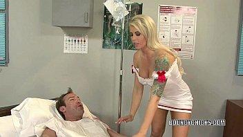 Enfermeira safada chupa e dá para paciente